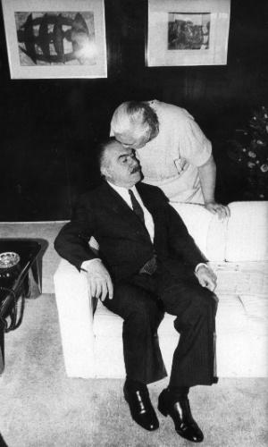 31.mai.1985 - O então presidente José Sarney recebe beijo na testa de sua mãe, Dona Kiola, em Brasília