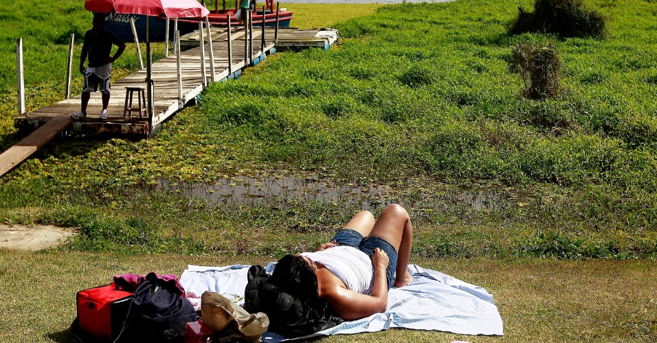 4.ago.2013 - Banhistas aproveitam dia de calor na Prainha do Sol, na orla da represa Guarapiranga, zona Sul de São Paulo