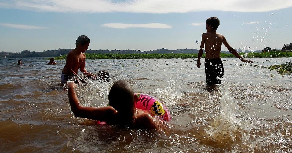 4.ago.2013 - Crianças brincam com água na Prainha do Sol, na orla da represa Guarapiranga, zona Sul de São Paulo. Depois de uma temporada de frio os banhistas aproveitam o dia de calor em pleno inverno para nadar