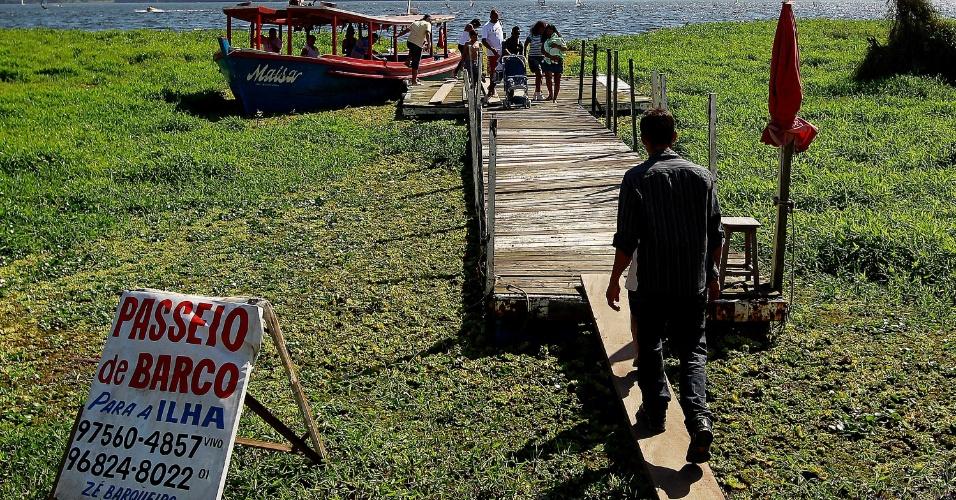4.ago.2013 - Frequentadores da Prainha do Sol, na orla da represa Guarapiranga, zona Sul de São Paulo, aproveitam tarde quente de inverno para passear de barco