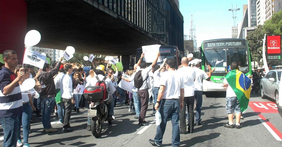 05.ago.2013 - Segundo a PM, cerca de 200 pessoas protestam na avenida Paulista pedindo a legalização da Telexfree. Eles estariam indo em direção à prefeitura