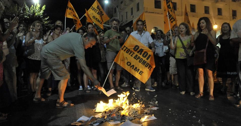 5.ago - Professores gregos queimam documentos durante manifestação em Tessalônica, nesta segunda-feira (5). O sindicato da categoria protesta contra o corte em massa de profissionais ligados ao setor público. As demissões são uma resposta rápida a ordens de credores internacionais para que o país diminua os gastos com força de trabalho