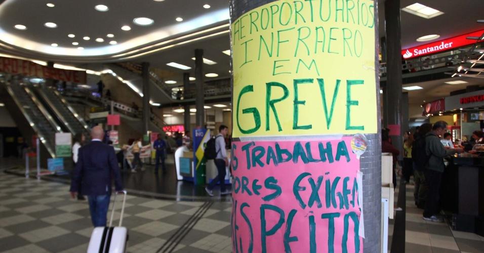 5.ago.2013 - Cartazes da greve dos aeroportuários são colocados no aeroporto de Congonhas, em São Paulo, nesta segunda-feira (5). A paralização chegou ao 6º dia. A categoria reivindica aumento salarial