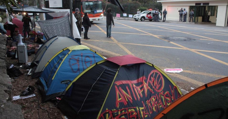 5.ago.2013 - Manifestantes acampam em frente ao Palácio dos Bandeirantes, sede do governo paulista, em protesto contra o governador Geraldo Alckmin