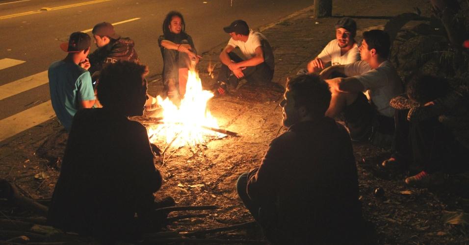 5.ago.2013 - Manifestantes acampam na madrugada desta segunda-feira (5) em frente ao Palácio dos Bandeirantes, em São Paulo, em protesto contra o governador Geraldo Alckmin (PSDB)