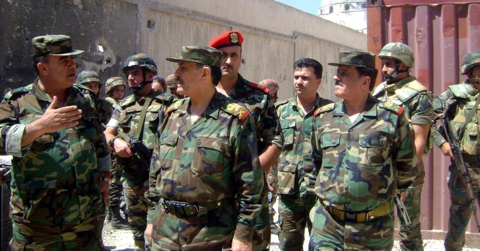 5.ago.2013 - O ministro da Defesa sírio, general Fahd al Freikh (centro), visitou tropas do Exército em Khaldiye, antigo setor rebelde, retomado no final de julho após um mês de intensos bombardeios terrestres e aéreos, anunciou nesta segunda-feira (5) a Sana, a agência oficial síria