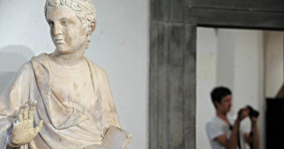 5.ago.2013 - Um turista norte-americano danificou, por acidente, uma estátua do Museo dell'Opera del Duomo, em Florença, na Itália. A obra é do artista italiano Giovanni d'Ambrogio