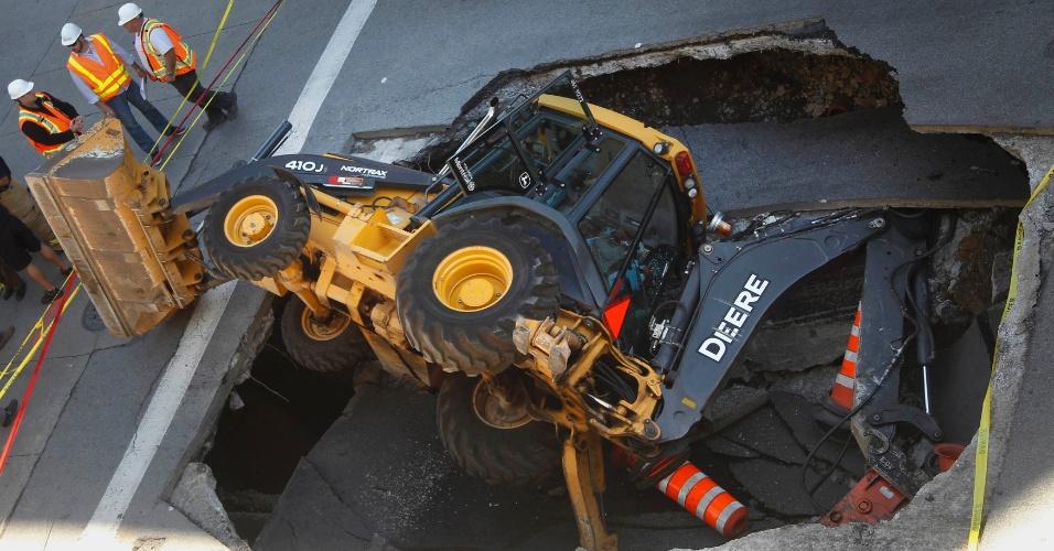 Uma retroescavadeira foi engolida por uma cratera no centro de Montreal, no Canadá, nesta segunda-feira (5)