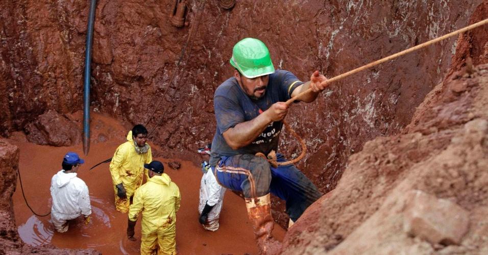 5.jul.2013 - Trabalhadores procuram por barra de ouro que se acredita ter sido enterrada durante a Guerra do Paraguai (1864-1870), em um sítio de escavação na cidade Aldana Canada, que fica a 29 quilômetros de Assunção, nesta segunda-feira (5)