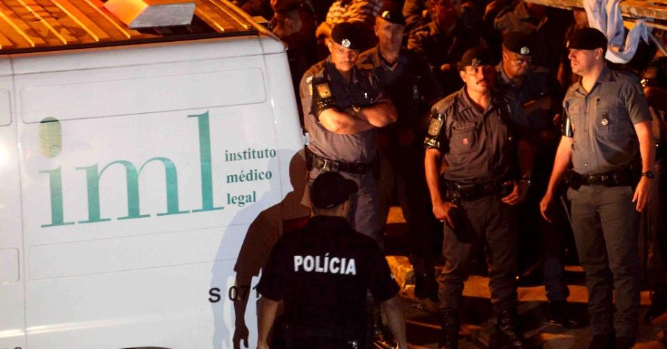 5.ago.2013 - Policiais acompanham trabalho do IML (Instituto Médico Legal) no local onde o sargento da Rota Luís Marcelo Pesseghini foi assassinado junto de sua família, na Vila Brasilândia, zona norte de São Paulo. O sargento, a mulher, que era cabo da PM, e o filho de 13 anos foram encontrados mortos nesta segunda-feira (5). Além dos três, a mãe e a tia da cabo foram encontradas mortas em outra casa que fica no mesmo quintal. A polícia trabalha com a hipótese de que o garoto tenha atirado nos membros da família e depois se matado
