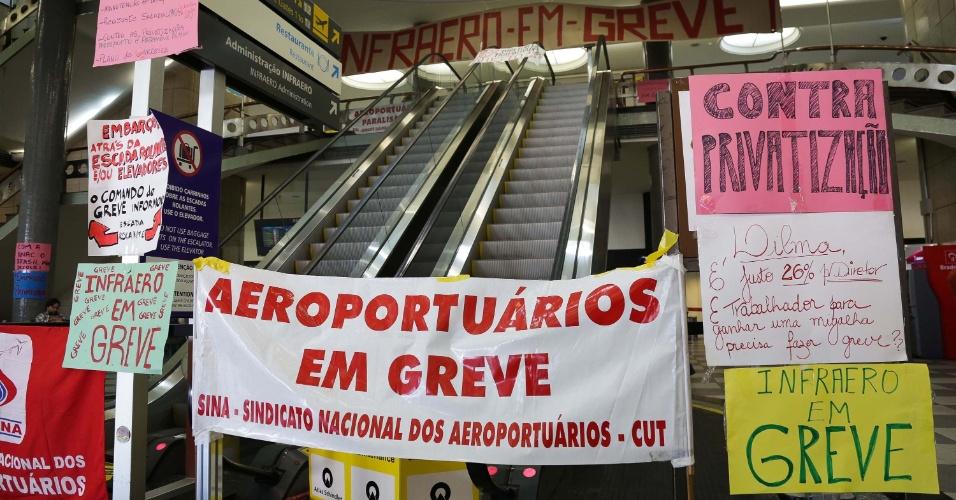 6.ago.2013 - Aeroportuários realizam greve no aeroporto de Congonhas, em São Paulo, nesta terça-feira (6). Entre as reivindicações dos trabalhadores está o reajuste salarial da categoria