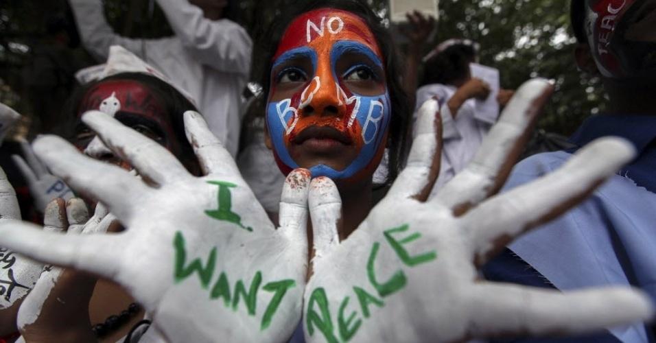 6.ago.2013 - Estudantes com mensagens de paz pintadas nas mãos e no rosto protestam no Dia de Hiroshima, que marca 68 anos do ataque nuclear perpetrado pelos EUA na cidade japonesa, em Mumbai, na Índia, nesta terça-feira (6)