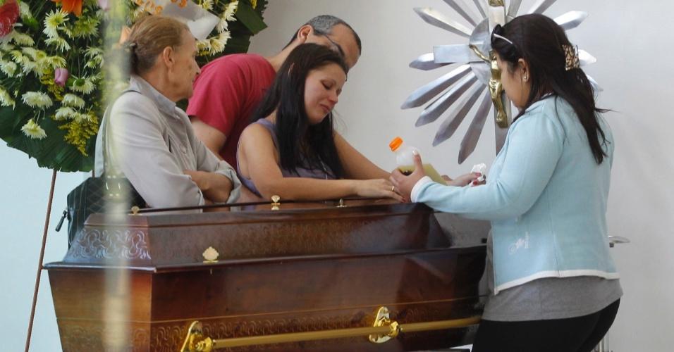 6.ago.2013 - Familiares e amigos choram sobre caixão de Bernadete Oliveira da Silva, de 55 anos, tia-avó de Marcelo Pesseghini, garoto de 13 anos que é suspeito de ter atirado nela, nos pais e na avó e depois se suicidado, na Vila Brasilândia, zona norte de São Paulo, na segunda-feira (5). O velório de Bernadete acontece no Cemitério Gethsêmani Anhanguera,em São Paulo, na tarde desta terça-feira (6)