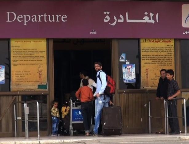 """6.ago.2013 - Imagem da rede de TV AFPTV mostra pessoas embarcando no Aeroporto Internacional de Sanaa para deixarem o Iêmen nesta terça-feira (6). Os Estados Unidos emitiu alerta para americanos saírem do país """"imediatamente"""" devido à interceptação de ameaça terrorista. Pelo menos quatro supostos membros da Al Qaeda morreram nesta terça-feira (6), em um ataque de um drone (avião não tripulado) americano"""
