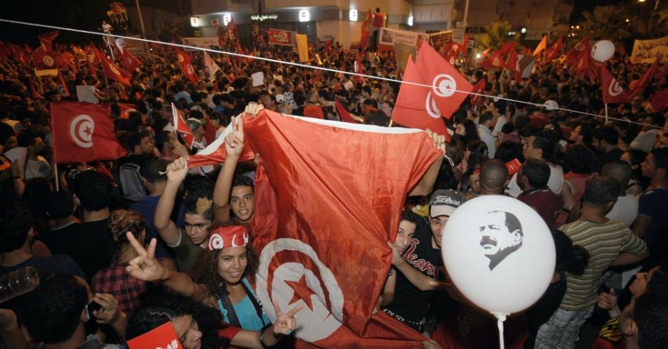 6.ago.2013 - Manifestantes protestam em frente a Assembléia Constituinte, em Tunis, capital da Tunísia. Mais de 40 mil pessoas se reuniram para exigir a renúncia do governo liderado pelo partido islâmico Ennahda