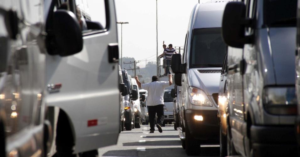 6.ago.2013 - Motoristas de vans e micro-ônibus realizam carreata em protesto pela regulamentação do serviço de fretamento em Sorocaba, no interior de São Paulo, nesta terça-feira (6)