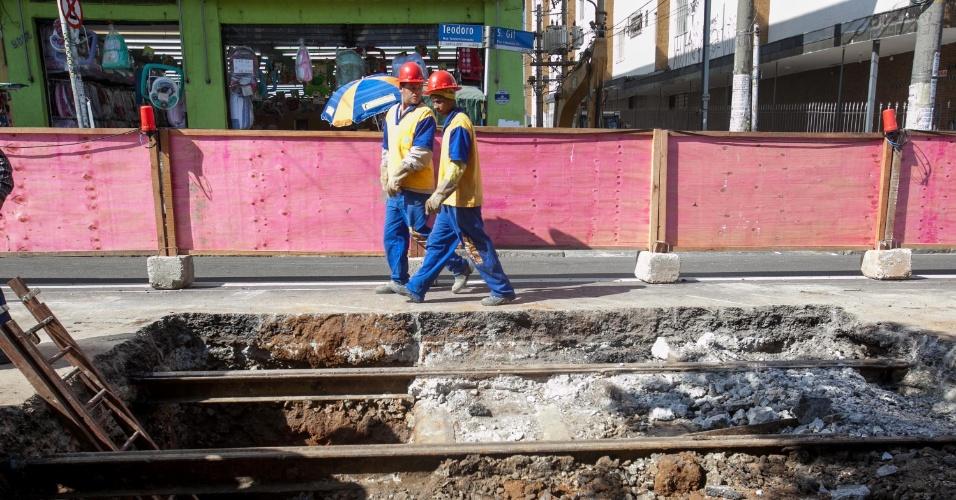 6.ago.2013 - Obras na rua Teodoro Sampaio, no trecho entre a rua Cunha Gago e a avenida Faria Lima, em Pinheiros, zona oeste de São Paulo, revelaram trilhos de uma antiga linha de bonde que passava pela rua. De acordo com um arqueólogo presente na obra, a linha foi implementada em 1909