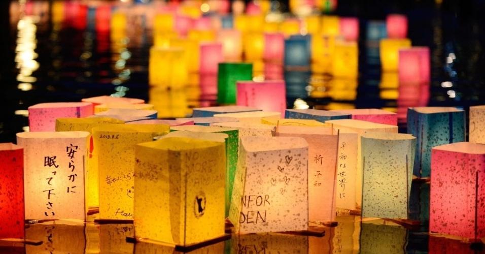 6.ago.2013 - Para marcar os 68 anos do ataque nuclear a Hiroshima, lanternas de papel são acesas no rio Motoyasu, em frente do Domo da Bomba Atômica no Parque Memorial da Paz, em Hiroshima, Japão, nesta terça-feira (6). Milhares de pessoas se reuniram no local para rememorar a data