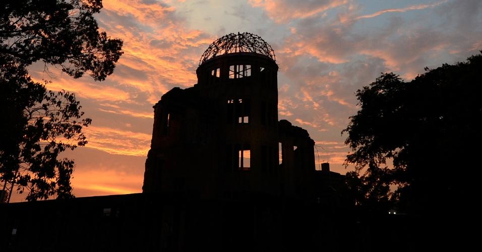 6.ago.2013 - Sol nasce em Hiroshima atrás de edifício conhecido como Domo da Bomba Atômica, no parque do Memorial da Paz, na manhã desta terça-feira (6). Milhares de pessoas são esperadas no local para lembrar os 68 anos de quando os EUA, durante a 2ª Guerra Mundial, jogaram bombas atômicas sobre as cidades de Hiroshima e Nagasaki, até hoje as únicas explosões nucleares realizadas com fins destrutivos