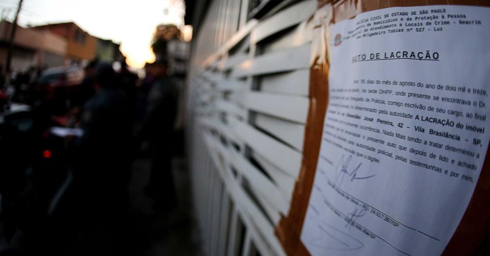 6.ago.2013 - Notificação no portão da casa onde ocorreu chacina de família em Vila Brasilândia, na zona norte de São Paulo, avisa que o local está lacrado