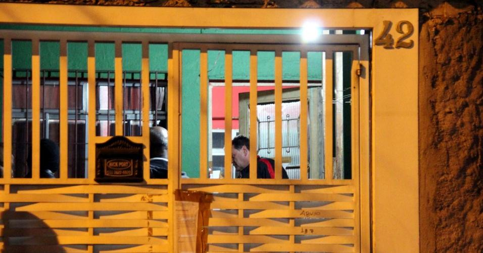 6.ago.2013 - Policiais realizam perícia complementar nas casas em que foram encontrados mortos o casal de policiais Luís Marcelo e Andréia Pesseghini, o estudante filho do casal, Marcelo Eduardo Bovo Pesseghini, a avó e uma tia-avó do menino, na Vila Brasilândia, zona norte de São Paulo. A polícia encontrou mais três armas de fogo num armário na sala da casa do casal e um par de luvas sintéticas no carro da policial morta