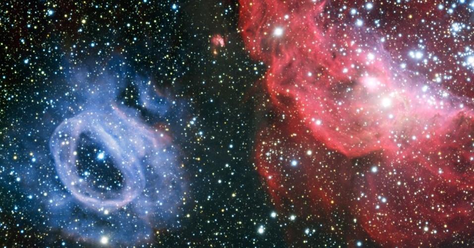 7.ago.2013 - Uma intrigante região de formação estelar na Grande Nuvem de Magalhães, galáxia vizinha a nossa Via Láctea, foi captada pelo telescópio VLT, que fica no Chile, o melhor local no hemisfério Sul para a observação astronômica. Segundo o Observatório Europeu do Sul (ESO, na sigla em inglês), as duas nuvens de gás foram esculpidas pelos fortes ventos estelares ejetados por estrelas recém-nascidas extremamente quentes, as quais emitem também radiação que faz brilhar intensamente o gás. Os tons vermelhos da NGC 2014 indicam que ela é constituída por hidrogênio gasoso e tem um enxame de estrelas quentes jovens - a radiação dos jovens corpos celestes arranca os elétrons dos átomos que as rodeiam e ionizam o gás, produzindo esse brilho colorido. Já sua vizinha, a NGC 2020, tem uma única estrela quente: foi ela quem criou uma cavidade ao seu redor, formando essa bolha azulada - a cor indica que a nuvem é carregada de oxigênio ionizado