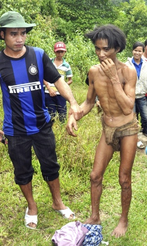 7.ago.2013 - Ho Van Lang (dir.), após ser encontrado em floresta na província de Quang Ngai, no Vietnã