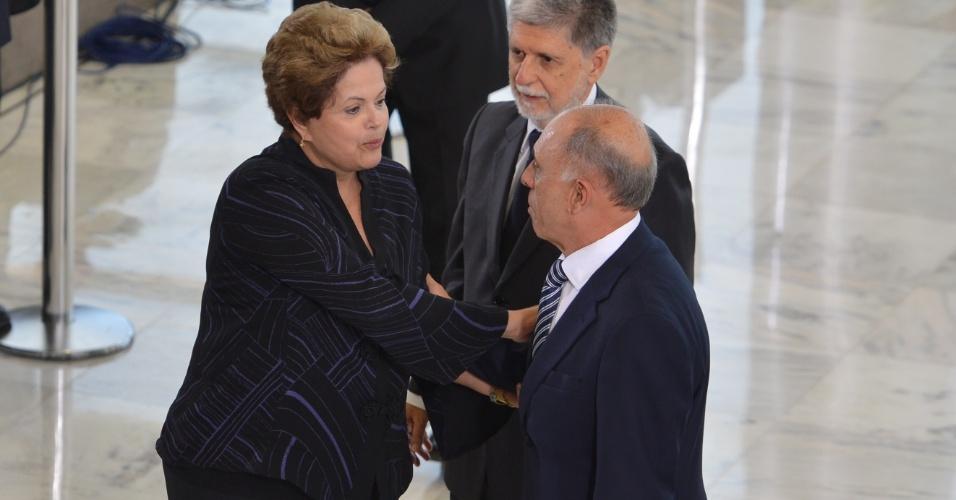 8.ago.2013 - A presidente Dilma Rousseff e o ministro da Defesa, Celso Amorim, participam de cerimônia de apresentação de oficiais-generais promovidos, no Palácio do Planalto