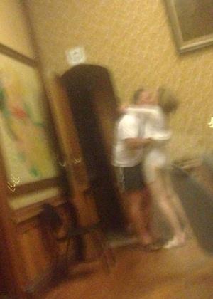 Imagens que já circulam pela internet mostram a vice-prefeita abraçada a um homem