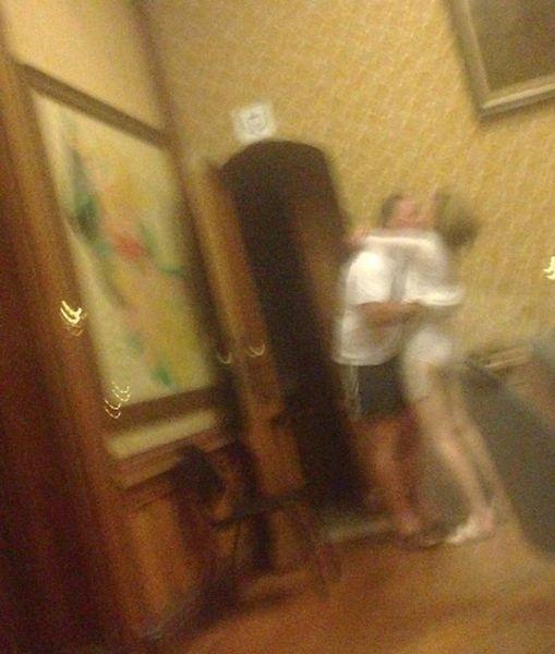 8.ago.2013 - A vice-prefeita da cidade belga de Hoeilaart, Els Uytterhoeven, foi surpreendida e gravada em um vídeo mantendo relações sexuais com um homem nas dependências da Prefeitura da cidade, próxima a Bruxelas.  No dia 15 de julho, um grupo de jovens entrou no prédio, um castelo do século 15, ao perceber que uma luz permanecia acesa além do tempo habitual. Ao se aproximarem da sala, os jovens presenciaram a cena envolvendo Els Uytterhoeven. O vídeo foi parar na internet