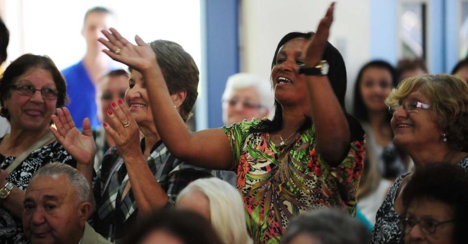 8.ago.2013 - As mulheres aplaudiam e soltavam gritinhos durante o desfile dos 25 finalistas ao título de idoso mais bonito de São Paulo. O concurso realizado em um auditório no bairro de São Miguel Paulista, a zona leste da capital, também elegeu o Mister Sorriso, Mister Simpatia, Mister Beleza, Mister Timidez e Mister Elegância. O evento é promovido há dez anos pela Secretaria de Estado de Saúde