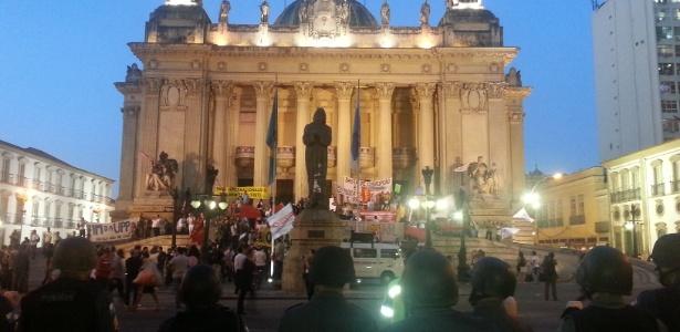 Manifestantes durante protesto, em frente à Alerj, no Rio de Janeiro, que foi invadida e depois despocupada