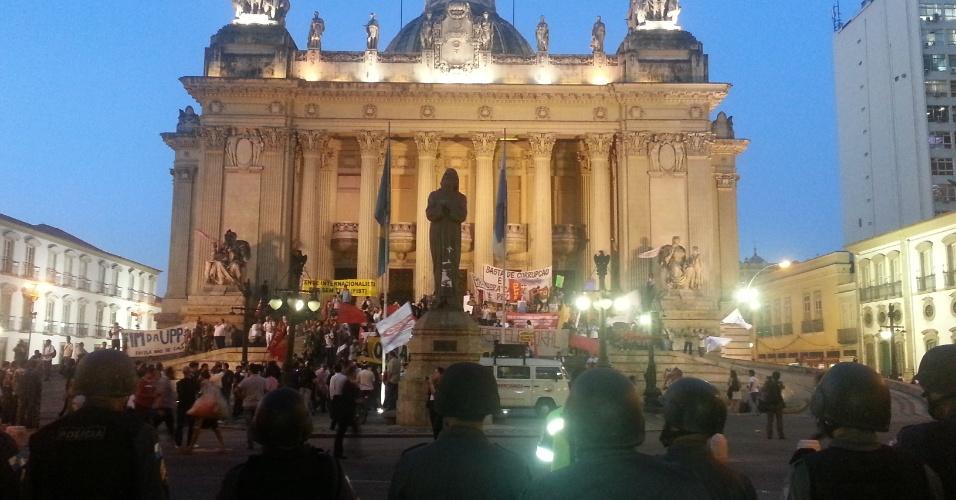 8.ago.2013 - Cerca de mil pessoas realizaram passeata no final da tarde desta quinta-feira (8), pelo centro do Rio de Janeiro. Paralelamente, manifestantes anunciaram a ocupação da Alerj (Assembleia Legilslativa do Rio de Janeiro) e da Câmara Municipal.O prédio foi esvaziado por volta das 18h