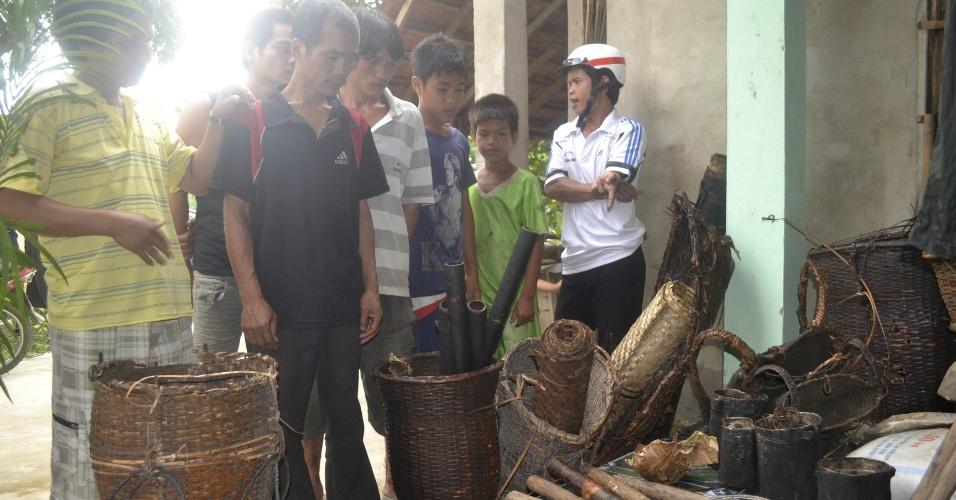8.ago.2013 - Curiosos observam material feito por Ho Van Thanh e seu filho, Ho Van Lang, durante os 42 anos que os dois viveram na floresta