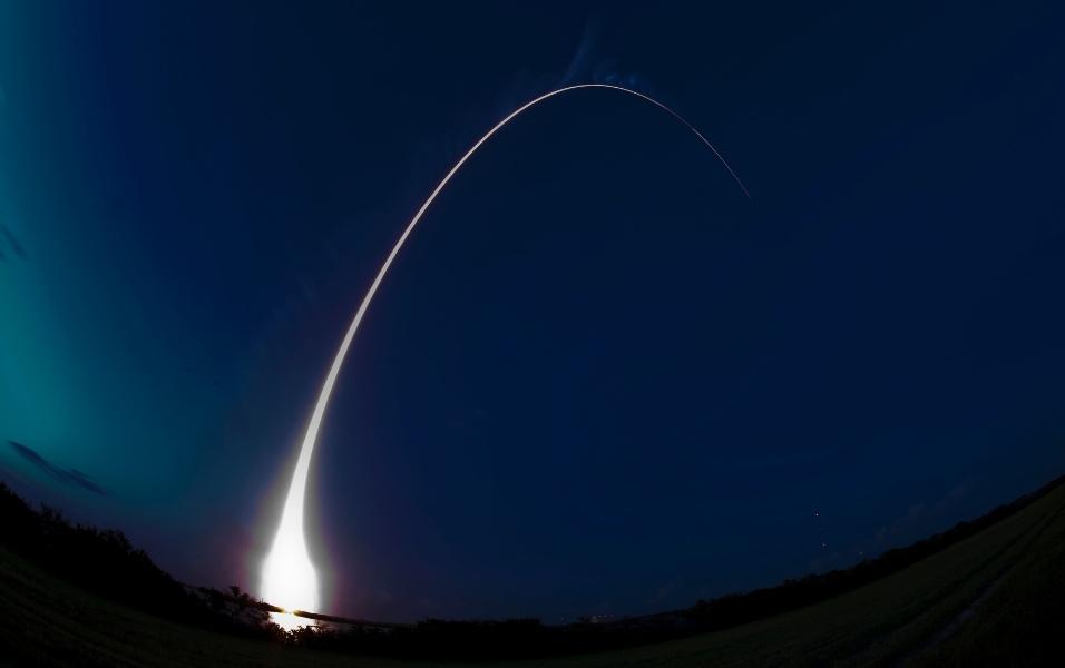 8.ago.2013 - Foguete americano Delta 4 decola com sucesso da base aérea do Cabo Canaveral, na Flórida (EUA), levando satélite de comunicação para as forças armadas dos Estados Unidos