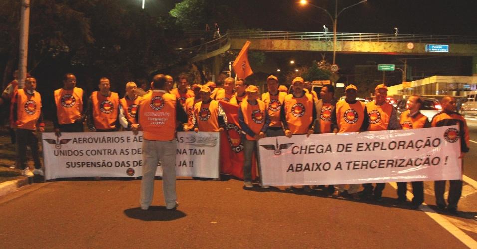 8.ago.2013 - Grupo de manifestantes interdita o acesso ao aeroporto de Congonhas, na avenida Washington Luis, zona sul de São Paulo, contra as demissões anunciadas pela TAM.