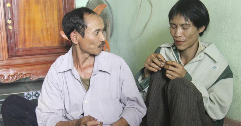 8.ago.2013 - Ho Van Lang (dir.) é fotografado após ser encontrado em floresta da província de Quang Ngai, no Vietnã