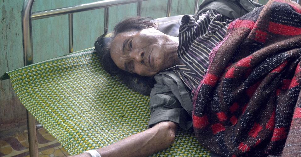 8.ago.2013 - Ho Van Thanh, 82, recebe tratamento em centro de saúde em Quang Ngai, Vietnã