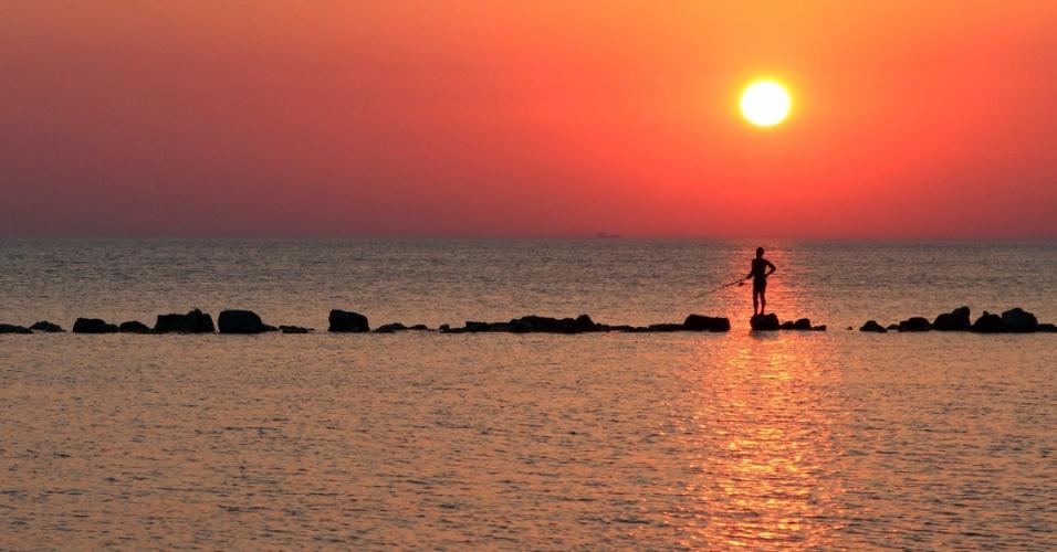 8.ago.2013 - Jovem pesca no mar Adriático, perto da cidade de Durres (a cerca de 40 quilômetros de Tirana, na Albânia)