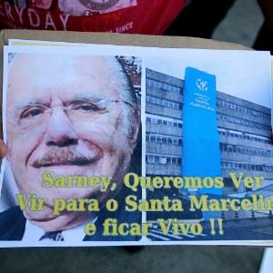 Manifestantes exibem foto do senador José Sarney (PMDB-AP) e questionam diferença entre serviços de saúde público e privado em São Paulo
