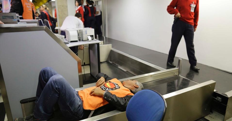 8.ago.2013 - Manifestantes ocupam área de check-in das empresas TAM e GOL em ato na manhã desta quinta-feira (8) no aeroporto de Congonhas, na zona sul de São Paulo. Eles protestam contra demissões de funcionários da TAM e por mais políticas públicas para o setor aéreo