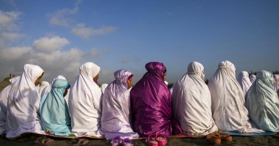 8.ago.2013 - Muçulmanos realizam orações na celebração do Eid al-Fitr, que marca o fim do Ramadã, em Bantul, na ilha de Java, Indonésia, nesta quinta-feira (8)