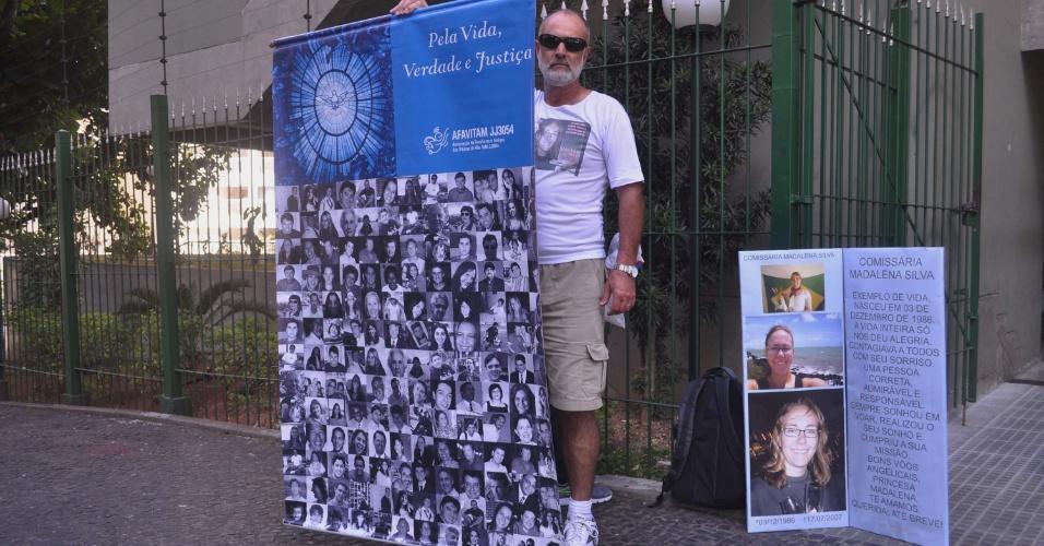 8.ago.2013 - O empresário Beto Silva pai da comissária de bordo Madalena Silva vítima do acidente com o avião da TAM JJ3054, no aeroporto de Congonhas, em julho de 2007, realiza protesto em frente o Fórum Ministro Jarbas Nobre, na rua Ministro Rocha de Azevedo, região da avenida Paulista, em São Paulo