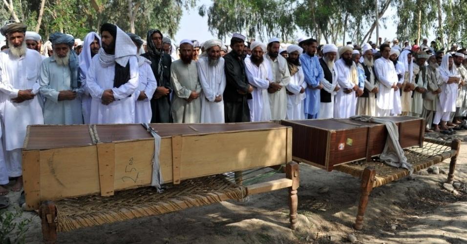 8.ago.2013 - Pessoas acompanham funeral de vítimas de explosão no distrito de Ghani Khel, na província de Nangarhar, no Afeganistão, nesta quinta-feira (8). Um explosão em um cemitério matou ao menos 14 pessoas que celebravam o Eid al-Fitr, festa que marca o fim do mês sagrado do Ramadã para os muçulmanos