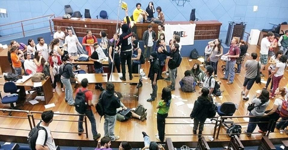 8.ago.2013 - Setenta dos cerca de 200 manifestantes que invadiram o plenário da Câmara de Campinas (SP) por volta das 20h foram detidos após ação da Força Tática da Polícia Militar