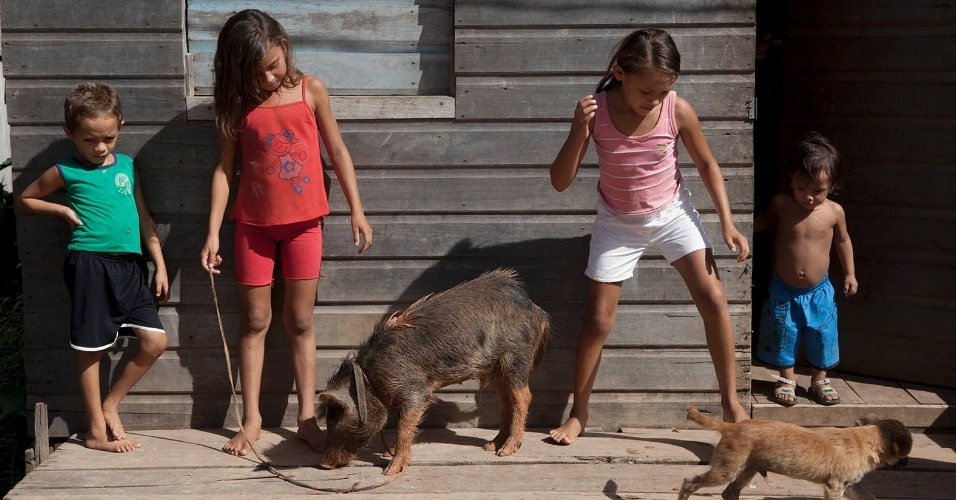 11.ago.2013 - A menina Nalanda Costa, 9, brinca com irmãos e amigos em frente à casa onde mora, na região da Moconha, ao lado do principal porto e porta de entrada para Melgaço (a cerca de 300 km de Belém)