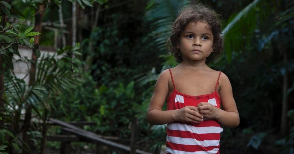 11.ago.2013 - A pequena Maria Duarte, 5 anos, mora em uma palafita construída sobre um terreno onde funciona um lixão irregular na área central de Melgaço