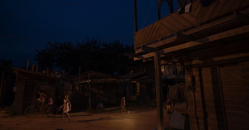 11.ago.2013 - Ao cair da noite fica perceptível a falta de serviços básicos, como iluminação, que é precária e não cobre toda a cidade