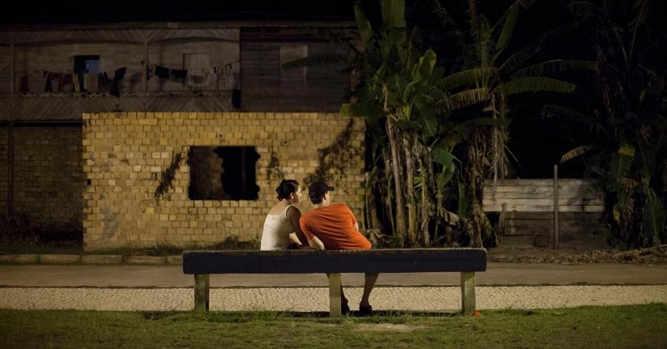 11.ago.2013 - Casal repousa em banco na área urbana de Melgaço (a cerca de 300 km de Belém)