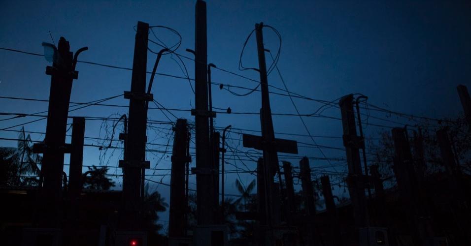 11.ago.2013 - Central de energia elétrica no bairro Tucumã, de onde são puxados fios que levam força até  os barracos. Moradores dizem que a prefeitura apenas disponibiliza essa fonte, ficando por parte de cada um a compra de fios e equipamentos para levar a energia, que é inconstante, até as casas